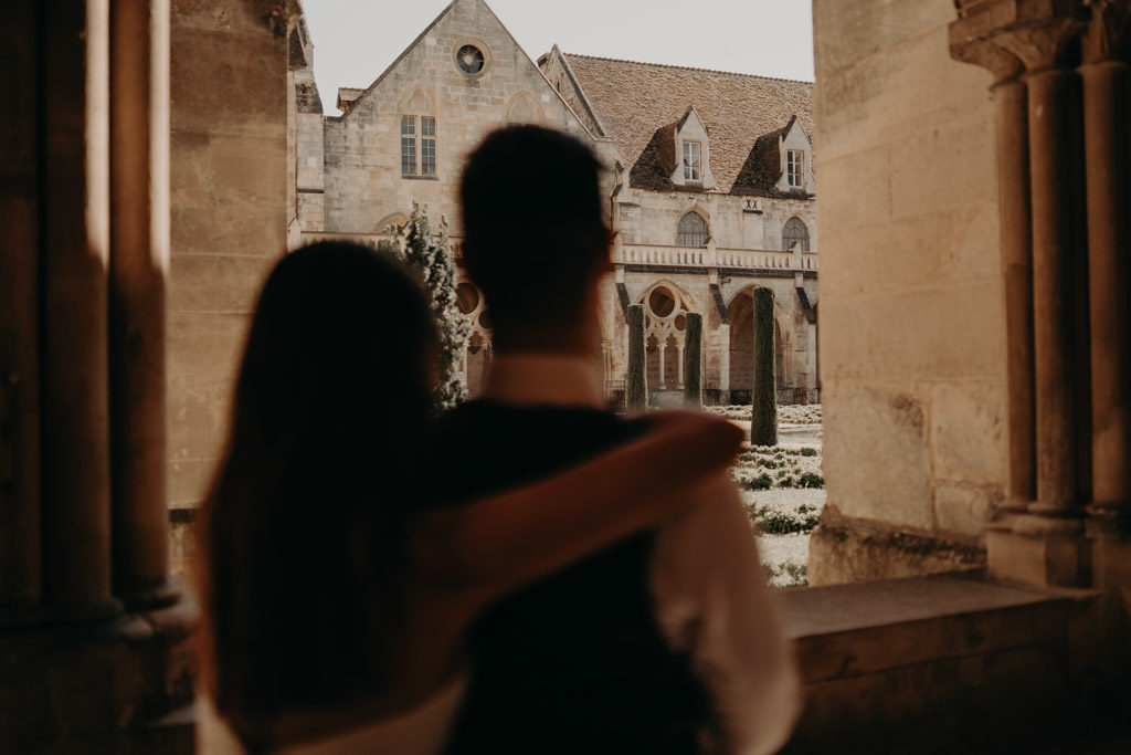 laurène and the wolf shooting photographe mariage wedding abbaye de royaumont val d'Oise abbey ruines french ruins bride and groom mariés