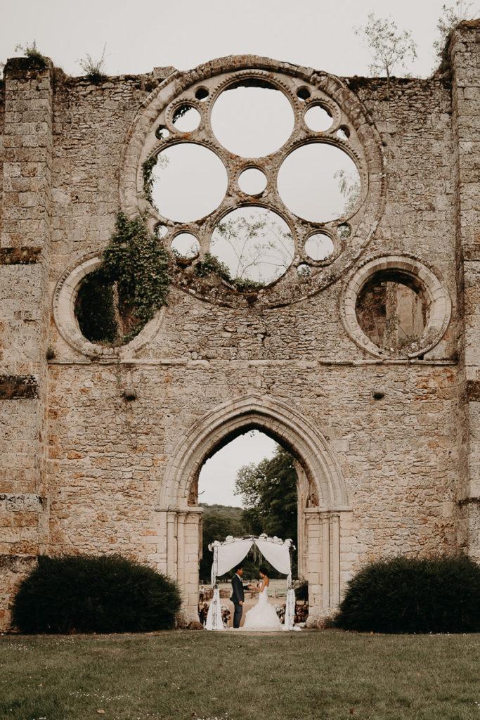 laurene and the wolf abbaye des vaux de cernay 66 683x1024 - Mariage à l'Abbaye des Vaux de Cernay : Alice et Simon