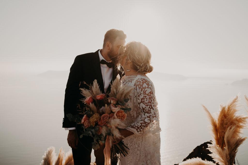 laurene and the wolf elopement santorin julia and evita 124 1024x683 - 10 idées pour des photos de mariage cool et stylées